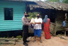 Kasat Sabhara Polres Tanjungpinang AKP Darmin saat menyalurkan beras bantuan Mabes Polri kepada warga yang membutuhkan di Tanjungpinang, Kepulauan Riau (Suryakepri.com/ist)