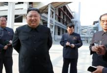 Pemimpin Korea Utara Kim Jong-un (kedua dari kiri) mengunjungi pabrik pupuk di Korea Utara, dalam sebuah foto yang dirilis pada hari Sabtu. Foto: KCNA / KNS melalui AFP