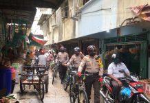 Kasat Sabhara Polres Tanjungpinang AKP Darmin bersama personelnya melaksanakan patroli sepeda mensosialisasikan protokol kesehatan jelan penerapan New Normal di Tanjungpinang, Kepri (Suryakepri.com)