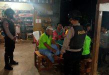 Polsek Singkep Barat saat patroli sekaligus memberikan imbauan physical distancing di wilayah hukum Polsek Singkep Barat, Polres Lingga (Suryakepri.com/ist)