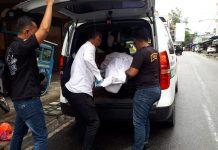 Polisi mengevakuasi jasad Tjap Cam dari hotel Super 888 Karimun, Rabu (24/6/2020). Foto Suryakepri.com/rachta yahya