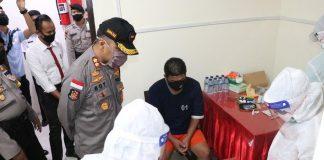Kapolres Lingga AKBP Boy Herlambang menyaksikan langsung proses Rapid Test tahanan Rutan Polres Lingga (Suryakepri.com/ist)