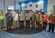 Plt Gubernur Kepri Isdianto dan sejumlah pejabat saat meninjau sejumlah perusahaan di Kawasan Industri Panbil Batam, Jumat (19/06/2020).