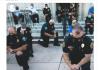 Aksi simpati polisi AS dengan berlutut di hadapan pengunjuk rasa terkait kematian George Floyd. (Foto: Twitter)