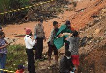 Polisi dan warga mengevakuasi jasad seorang balita usia 3 tahun di Karimun yang diduga tewas terseret arus air selokan, Rabu (17/6/2020) pagi. (Foto Suryakepri.com/Dok Warga)