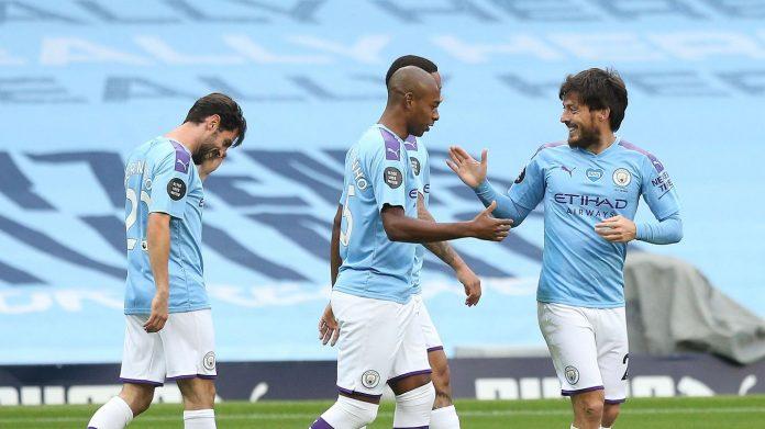 David Silva (kanan) merayakan gol bersama rekan satu timnya setelah membuka skor melalui tendangan bebas di menit keenam. (Foto dari Livescore)