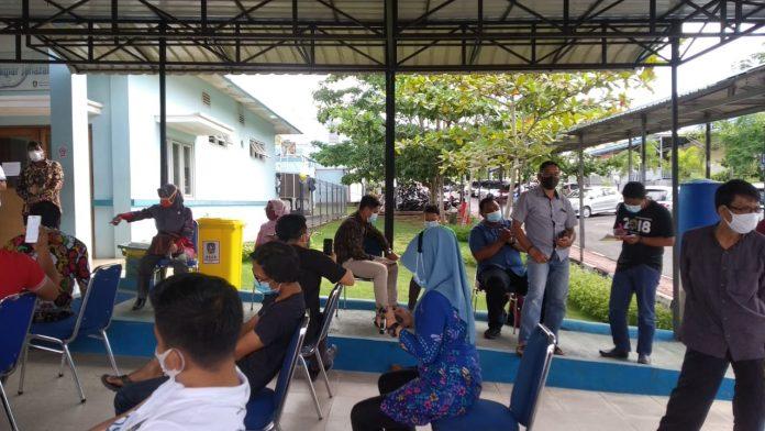 Suasana warga antre untuktes swab di Rumah Sakit Umum Daerah (RSUD) Raja Ahmad Tabib Tanjungpinang, Kamis (30/07/2020).