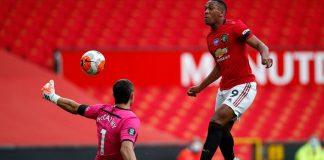 Peluang pertama Anthony Martial untuk mencetak gol pembuka tetapi penjaga gawang Soton, Alex McCarthy, melakukan penyelamatan luar biasa untuk menggagalkan upaya striker Manchester United itu. (Foto: Premierleague.com)