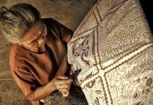 Batik adalah seni dekorasi tekstil dengan lilin dan pewarna.