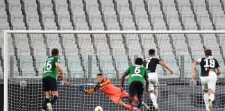 Cristiano Ronaldo melakukan tendangan penalti vs Atalanta. (Foto dari Livescore)