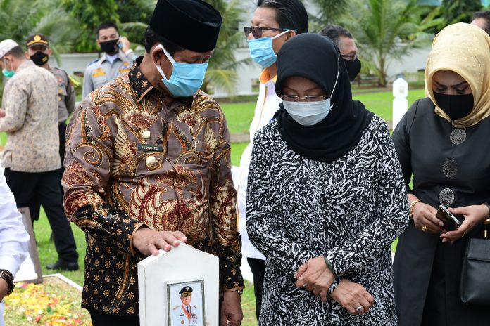 Isdianto saat ziarah ke makam HM Sani usai pelantikan dan tiba di Tanjungpinang