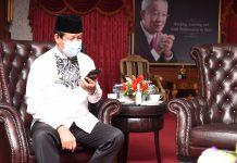 Plt Gubernur Kepri bertelepon dengan para mahasiswa, di Kantor Gubernur Dompak, Tanjungpinang, Jumat (10/7)