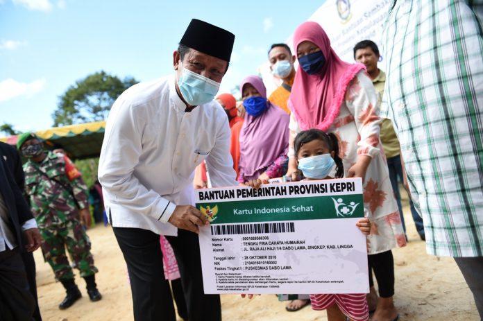 plt gubernur kepri saat menyerahkan Bantuan Iuran Kartu BPJS Kesehatan Kepada Masyarakat yang Tidak Mampu di Lingga