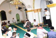 Isdianto sholat maghrib berjamaah dilanjutkan silaturahmi bersama masyarakat Penyengat di Masjid Sultan Riau Penyengat, Tanjungpinang, Selasa (28/07/202) malam