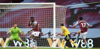 Tembakan keras Trezeguet menembus gawang Arsenal yang dikawal Emiliano Martinez di di Villa Park, Selasa (21/7/2020). Gol ini mengeluarkan Aston Villa dari zona degradasi. (Foto: Premierleague.com)