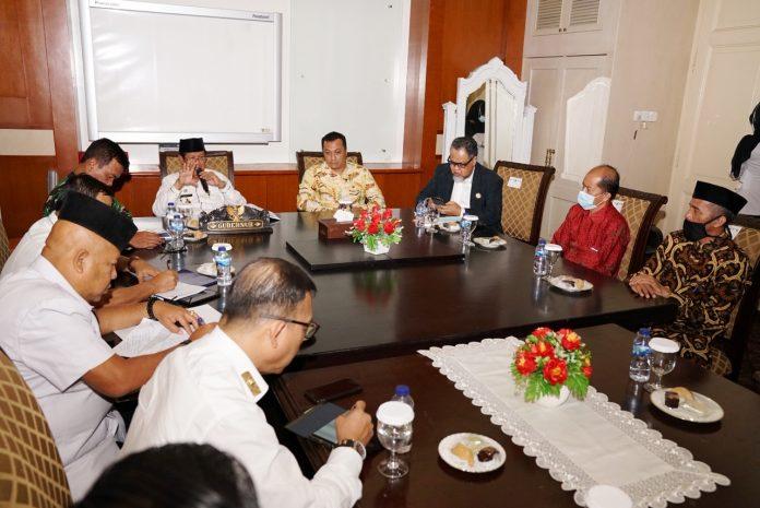 Rektor UMRAH DR Agung Dhamar Sakti serta jajarannya di Gedung Daerah, Tanjungpinang, Rabu (29/07/2020).