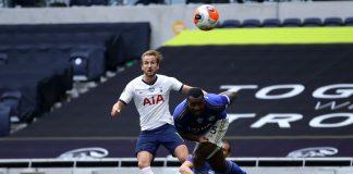 Striker Tottenham Hotspur Harry Kane mencetak dua gol pada babak pertama, membawa timnya unggul 3-0 pada babak pertama. Satu gol berasal dari bunuh diri James Justin pada menit ke-6. (Foto: Premierleague.com)