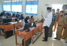 Isdianto saat Peninjauan UTBK Seleksi Bersama Masuk Perguruan Tinggi Negeri Tahun 2020 di SMA Negeri 3, Batam, Selasa (21/07/2020).