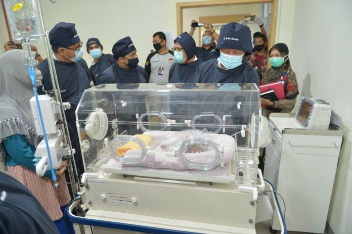 Isdianto menjenguk pasien bayi di RS Graha Hermine, Batam, Selasa (21/07/2020).