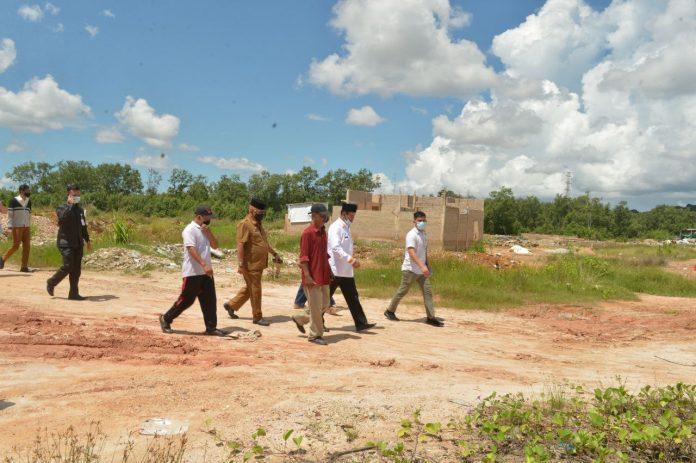 Isdianto saat meninjau Kawasan Tanjungsengkuang, Batam, Selasa (21/07/2020) petang.
