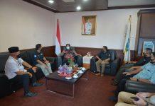 Plt Gubernur Kepri, H.Isdianto menerima kunjungan tokoh masyarakat Tanjung Uma, H.Zulkifli Ismail beserta rombongan di Graha Kepri Batam, Kamis (9/07/2020).