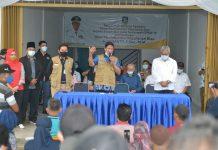 Bantuan Sembako dari Pemerintah Provinsi Kepri bagi masyarakat Kecamatan Sagulung yang terdampak Covid-19 di Ruko Buana Mas 2 Sagulung, Kota Batam, Minggu (12/07/2020).