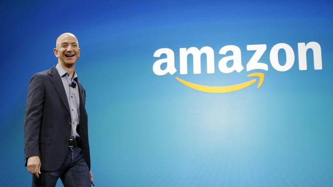 Bos Amazon Jeff Bezos (56) saat ini menduduki posisi sebagai orang terkaya di dunia dengan nilai kekayaan sebesar US$179.3 miliar atau sekitar Rp2.640 triliun lebih. Kekayaannya melebihi APBN Indonesia tahun 2020. (Foto: Deadline)