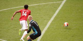 Gelandang Manchester United Jesse Lingard mencuri bola dari penjaga gawang Leicester City Kasper Schmeichel kemudian mencetak gol pada menit 90+8. Lingard, yang lebih sering menjadi penghangat bangku cadangan, membayar kepercayaan Ole Gunnar Solskjaer, yang memasukannya pada menit 77 untuk menggantikan Mason Greenwood. (Foto dari Premierleague.com)