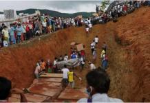Alat berat menutup kuburan massal dengan tanah, di mana banyak korban tanah longsor di penambangan batu giok di Myanmar belum teridentifikasi. (AFP / Zaw Moe Htet via CNA)