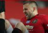 Luke Shaw meringis kesakitan akibat mengalami cedera saat melawan Southampton di Old Trafford, Senin (13/7/2020). Foto: Manutd.com