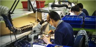 Pekerja di fasilitas manufaktur di Singapura. (Foto: ChannelNewsAsia)
