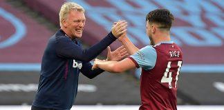 Manajer West Ham United David Moyes menyambut Declan Rice setelah sang pemain mencetak gol ketiga bagi Hammers di London Stadium, Sabtu (18/7/2020) dinihari waktu Indonesia. The Hammers menang 3-1 untuk menjauhkan mereka dari zona degradasi. (Foto: Premierleague.com)