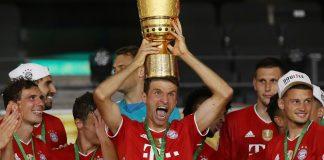 Thomas Muller mengusung trofi DFB-Pokal atau Piala DFB Jerman di kepalanya usai mengalahkan Bayern Leverkusen 4-2 di final. (Foto: Liverscore)