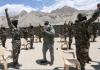 Perdana Menteri India Narendra Modi menemui para prajurit dalam kunjungan ke wilayah Ladakh. (Foto: AP via SCMP)
