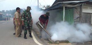Dinkes Karimun melakukan fogging di Ranggam, Kecamatan Tebing, Rabu (15/7/2020) setelah dua warganya terserang DBD. Foto Suryakepri.com/IST