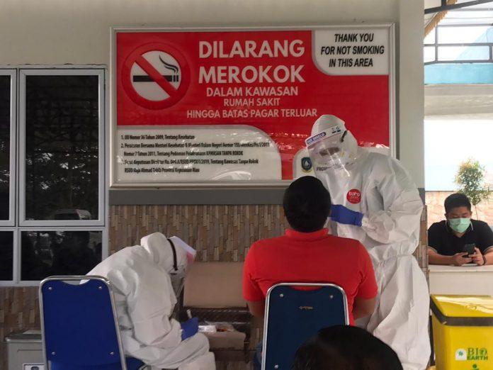 Warga tes swab di Rumah Sakit Umum Daerah (RSUD) Raja Ahmad Tabib Tanjungpinang, Kamis (30/07/2020).