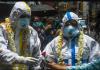 Warga mengalungkan karangan bunga ke petugas medis di Kolkata, India, untuk menghormati mereka. Pada hari Senin, India melampaui Rusia untuk menjadi negara dengan jumlah kasus positif terinfeksi virus corona terbanyak ketiga di dunia, hampir 700.000. (Foto: Dibyangshu Sarkar/ AFP via cbc.ca)