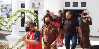 Mantan Sekretaris dan Bendahara DPRD Karimun saat akan dibawa ke Rutan Karimun, Kamis (23/7/2020). Foto Suryakepri.com/rachta yahya