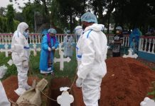 Relawan Muslim di Bangladesh menguburkan jenazah umat Kristen yang meninggal dunia akibat Covid-19. (Foto: AsiaNews.it)