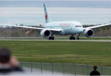 Seorang pria di Halifax, Kanada, turun dari pesawat yang akan terbang dari Halifax ke St. John's, Sabtu (4/7/2020) pagi, setelah menyadari bahwa dia dikelilingi oleh orang-orang yang harus menjalani diri mandiri pada saat tiba di tempat tujuan. (Andrew Vaughan / The Canadian Press)