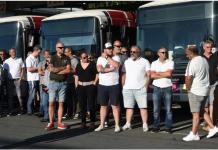 Sejumlah sopir bus di Bayonne, Prancis barat daya, menunggu menteri muda transportasi pada Selasa, dua hari setelah seorang rekannya diserang karena menolak penumpang tidak mengenakan masker. (Foto: AFP via SCMP)