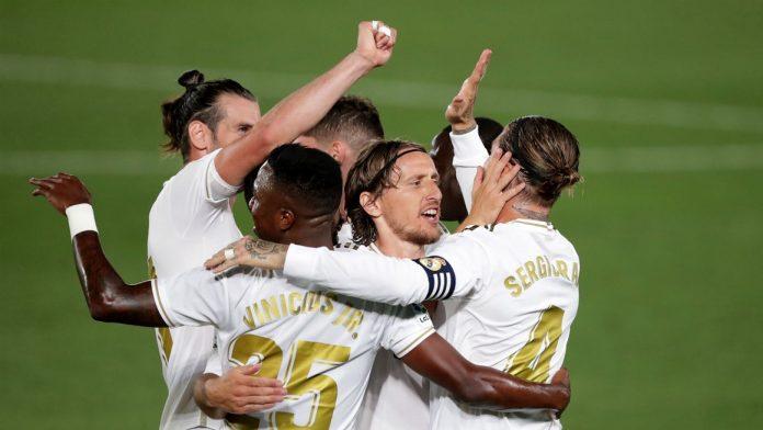 Para pemain Real Madrid merayakan gol ke gawang Villareal. Madrid juar LaLiga 2019/2020 setelah kemenangan 2-1 ini. (Foto: Livescore)
