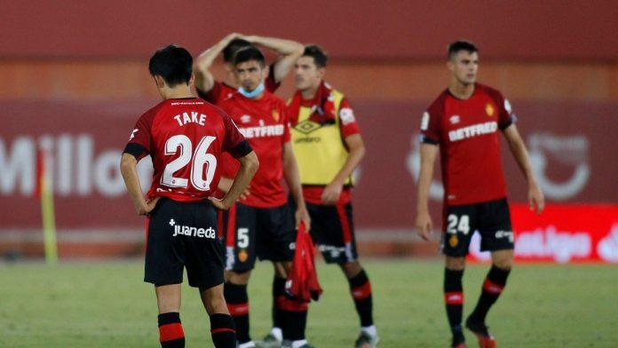 Para pemain Real Mallorca terlihat lesu usai takluk 1-2 dari Granada. Tim ini dipastikan terdegradasi dari LaLiga. (Foto dari Livescore)