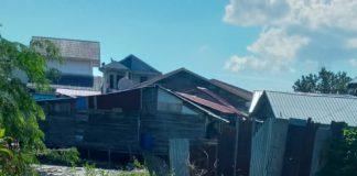 Tumpukan sampah menutup aliran parit di Kolong, Minggu (19/7/2020). Kondisi itu bisa jadi tempat berkembangbiaknya jentik nyamuk Aedes Aegypti pembawa penyakit DBD. (Foto: Suryakepri.com/Rachta Yahya)