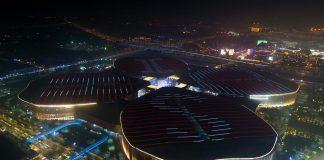 Foto udara yang diambil pada 28 Oktober 2019 menunjukkan pemandangan malam dari Pusat Pameran dan Konvensi Nasional di Shanghai, tempat Pameran Impor Internasional China (CIIE) kedua, di Shanghai China timur. (Foto: Xinhua / Ding Ting)