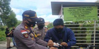 Kapolsek Tanjungpinang Timur AKP Firuddin saat melakukan olah tempat kejadian perkara (TKP) sewaktu janin bayi itu ditemukan (Suryakepri.com)
