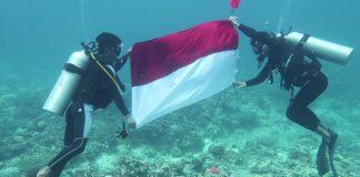 Pengibaran bendera Merah-Putih di dua titik bawah Laut Natuna, Kepri dalam rangka memeriahkan HUT Kemerdekaan RI ke 75 (Suryakepri.com)