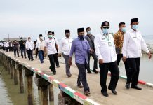 Gubernur Kepri Isdianto meninjau lokasi pembangunan jembatan penghubung Pulau Lumut-Pulau Parit.