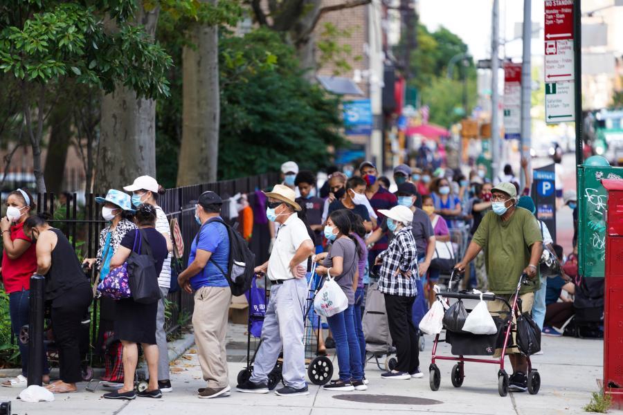 Orang-orang antre untuk menerima makanan gratis di luar sekolah di New York, Amerika Serikat, 18 Agustus 2020. (Xinhua / Wang Ying)