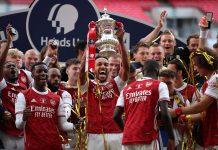 Para pemarin Arsenal mengangkat trofi Piala FA usai menjadi juara dengan mengalahkan Chelsea dengan skor 2-1 di Wembley, Sabtu (1/8/2020).